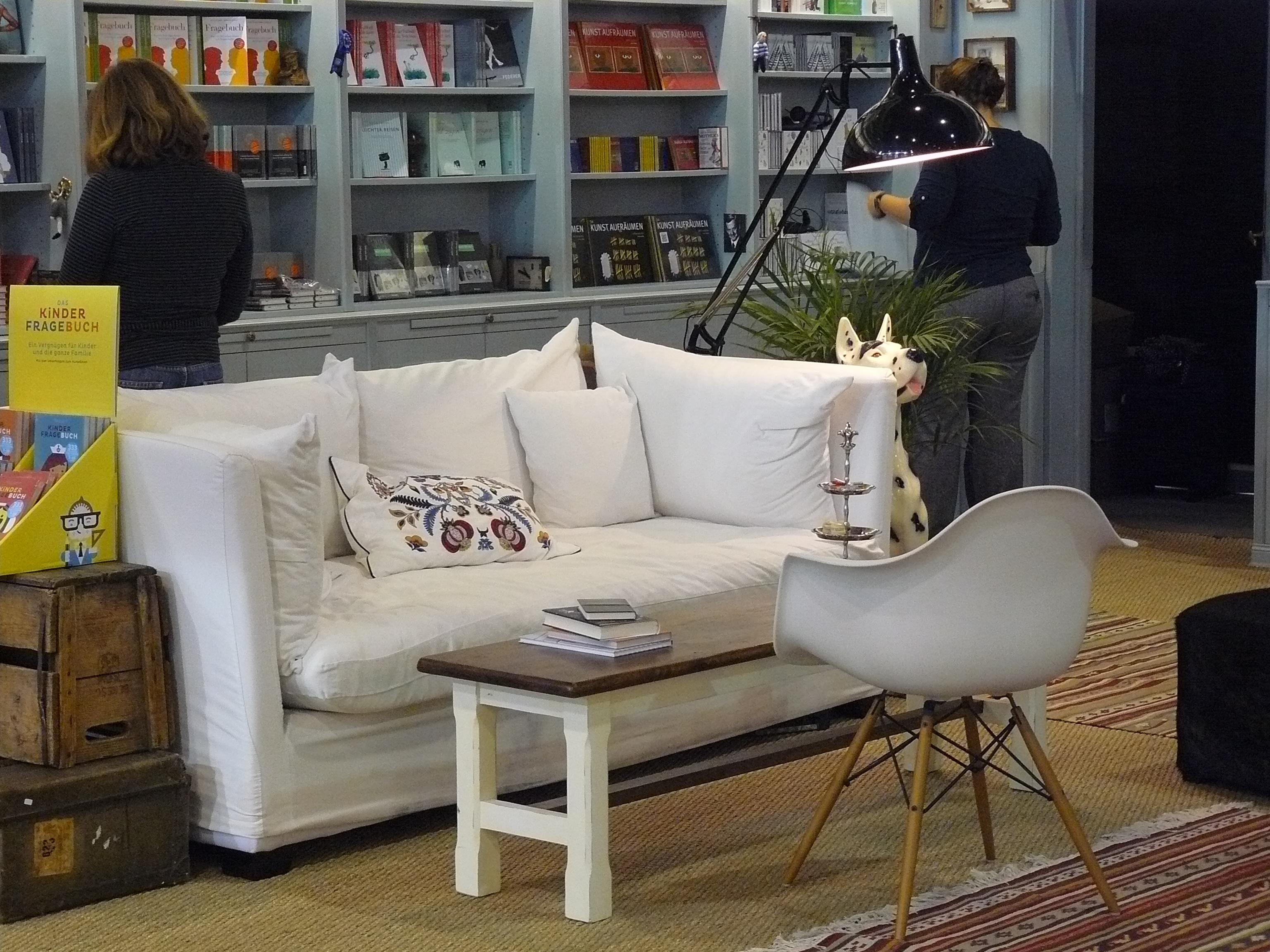 Das Sofa sieht gemütlich aus. (Messestand von »Kein & Aber«)
